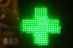 Muestra de la cruz de mucha luz del neón para la farmacia imagen de archivo libre de regalías