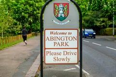 Muestra de la entrada del parque de Abington entre el sendero y el camino en Northampton Inglaterra Reino Unido fotos de archivo