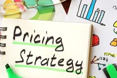 Muestra de la estrategia de precios escrita en una libreta Imagen de archivo
