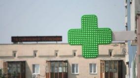 Muestra de la farmacia con la luz verde, teletipo, tienda médica abierta almacen de video