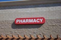 Muestra de la farmacia en el edificio fotos de archivo