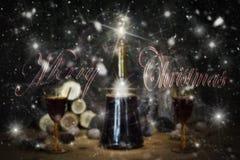 Muestra de la Feliz Navidad con la botella y los vidrios del vintage del vino rojo con referencia a Foto de archivo