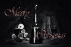 Muestra de la Feliz Navidad con la botella y los vidrios del vintage del vino rojo con referencia a Imagen de archivo libre de regalías