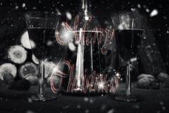 Muestra de la Feliz Navidad con la botella y los vidrios del vintage del vino rojo con referencia a Imágenes de archivo libres de regalías