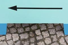 Muestra de la flecha en el tablero de madera Fotos de archivo