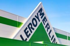 Muestra de la marca de Leroy Merlin contra el cielo azul Imágenes de archivo libres de regalías