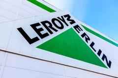 Muestra de la marca de Leroy Merlin contra el cielo azul Imagenes de archivo