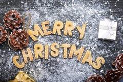 Muestra de la Navidad con las galletas del jengibre Tarjeta de felicitación Fotografía de archivo