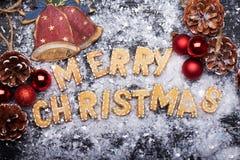 Muestra de la Navidad con las galletas del jengibre Tarjeta de felicitación Foto de archivo