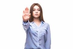 Muestra de la parada de la demostración de la muchacha con las palmas aisladas en un fondo blanco fotos de archivo libres de regalías