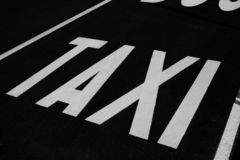 Muestra de la parada del taxi en el camino imágenes de archivo libres de regalías