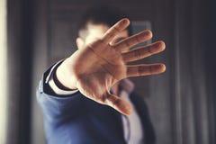 Muestra de la parada de la mano del hombre fotos de archivo libres de regalías