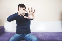 Muestra de la parada de la mano del hombre fotografía de archivo libre de regalías