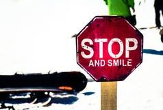 Muestra de la parada y de la sonrisa imagen de archivo libre de regalías