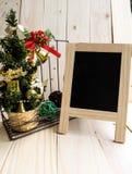 Muestra de la pizarra con las decoraciones de la Navidad Imagenes de archivo