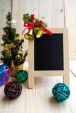 Muestra de la pizarra con las decoraciones de la Navidad Fotografía de archivo