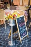 Muestra de la pizarra delante de un restaurante italiano en Roma, Italia fotos de archivo