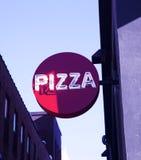 Muestra de la pizza fuera de un restaurante de la pizza Imagen de archivo