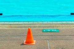 1 muestra de la profundidad de 4 metros en una piscina al aire libre imagenes de archivo
