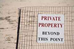 Muestra de la propiedad privada de la playa Imagen de archivo libre de regalías