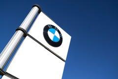 Muestra de la representación de BMW contra el cielo azul fotografía de archivo