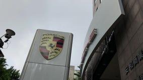Muestra de la representación del automóvil de Porsche delante del edificio metrajes