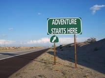 Muestra de la salida de la carretera del borde de la carretera de la aventura Fotos de archivo libres de regalías