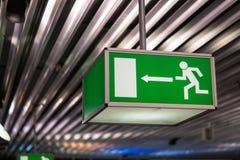Muestra de la salida de emergencia del aeropuerto Fotografía de archivo libre de regalías
