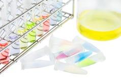 Muestra de la solución del laboratorio en el tubo de cristal y el tubo micro Fotografía de archivo libre de regalías