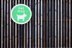 Muestra de la tienda de animales en la pared del centro comercial en el parque al por menor imagenes de archivo