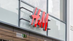 Muestra de la tienda de H&M sobre las puertas de entrada Imágenes de archivo libres de regalías