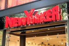 Muestra de la tienda de ropa del neoyorquino imagenes de archivo