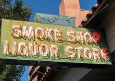 Muestra de la tienda y de la licorería del humo Imagenes de archivo