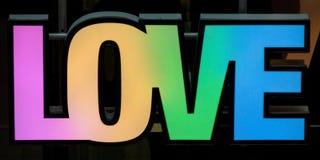 Muestra de la tipografía del arco iris del amor fotos de archivo