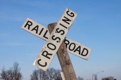 Muestra de la travesía de ferrocarril contra el cielo azul imagen de archivo
