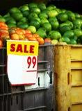 Muestra de la VENTA - frutas en el mercado Fotos de archivo