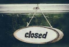 Muestra de madera cerrada en la puerta vieja Imagenes de archivo
