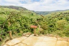 Muestra de madera del punto de vista en un rastro turístico en Kenia, África Fotografía de archivo