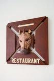 Muestra de madera del restaurante con una cebra Fotografía de archivo libre de regalías