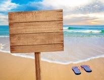Muestra de madera en la playa imágenes de archivo libres de regalías