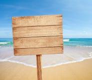 Muestra de madera en la playa del mar Imagen de archivo libre de regalías