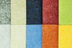 Muestra de materiales multicolores para el revestimiento de madera insonoro de la pared en la decoraci?n interior fotos de archivo