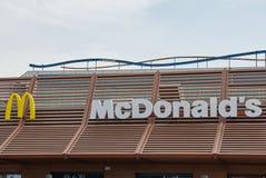 Muestra de McDonalds contra el cielo azul Fotografía de archivo