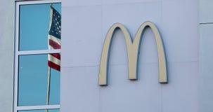 Muestra de McDonalds y bandera americana