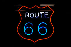 Muestra de neón de la ruta 66 Imágenes de archivo libres de regalías