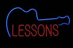 Muestra de neón de las lecciones de la guitarra Foto de archivo libre de regalías