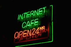 Muestra de neón del café del Internet Imágenes de archivo libres de regalías