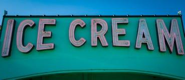 Muestra de neón del helado Foto de archivo libre de regalías