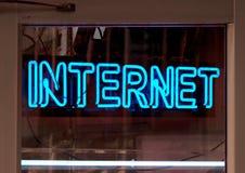 Muestra de neón del Internet Fotos de archivo libres de regalías