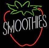 Muestra de neón del Smoothie de la fresa Foto de archivo libre de regalías